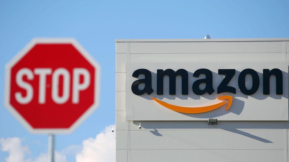 Stopp-Schild vorne, Amazon-Schriftzug dahinter.
