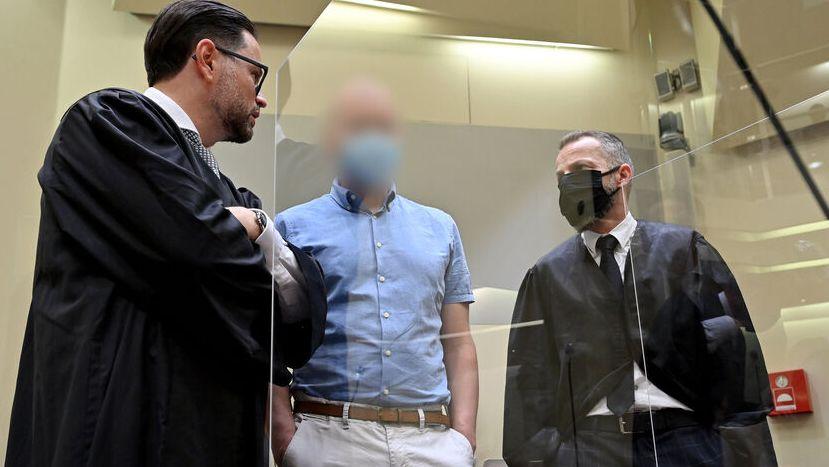 Mark Schmidt mit seinen Anwälten Juri Goldstein (l) und Alexander Dann (r) zusammen.