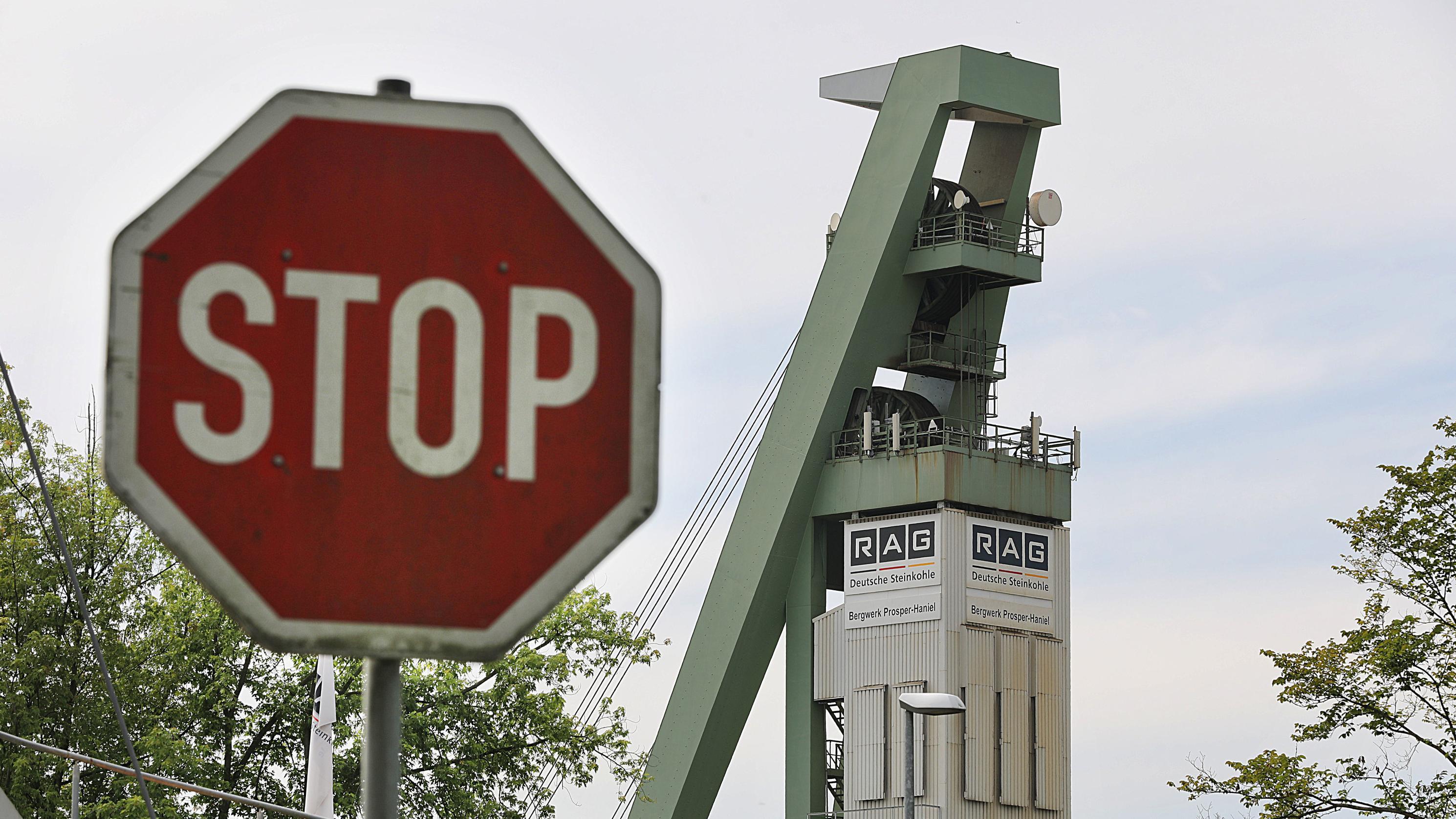 Vor der Zeche Prosper Haniel steht ein Stop Schild