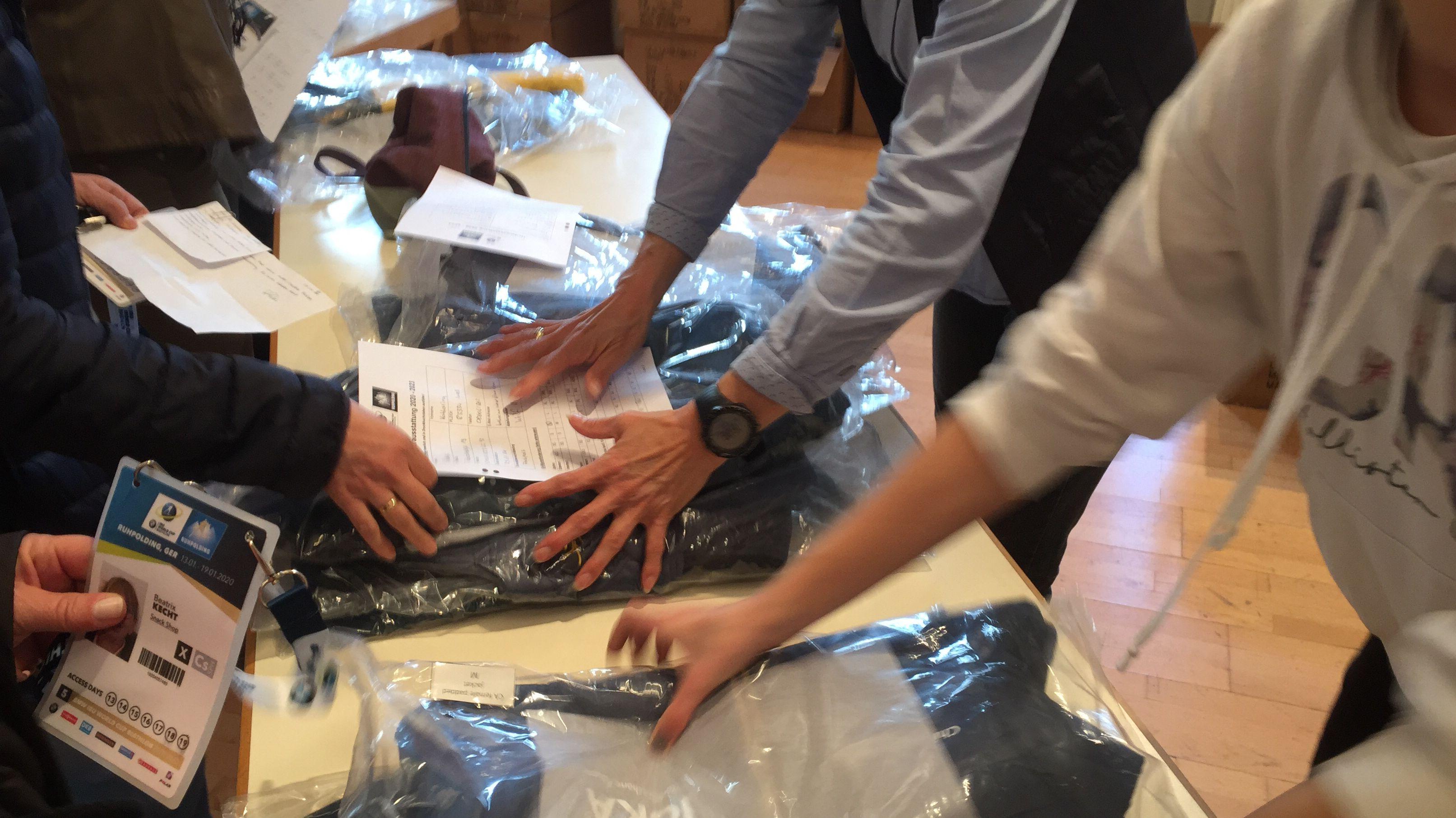Ehrenamtliche Mitarbeiter bei den Vorbereitungen zum Biathlon-Weltcup in Ruhpolding