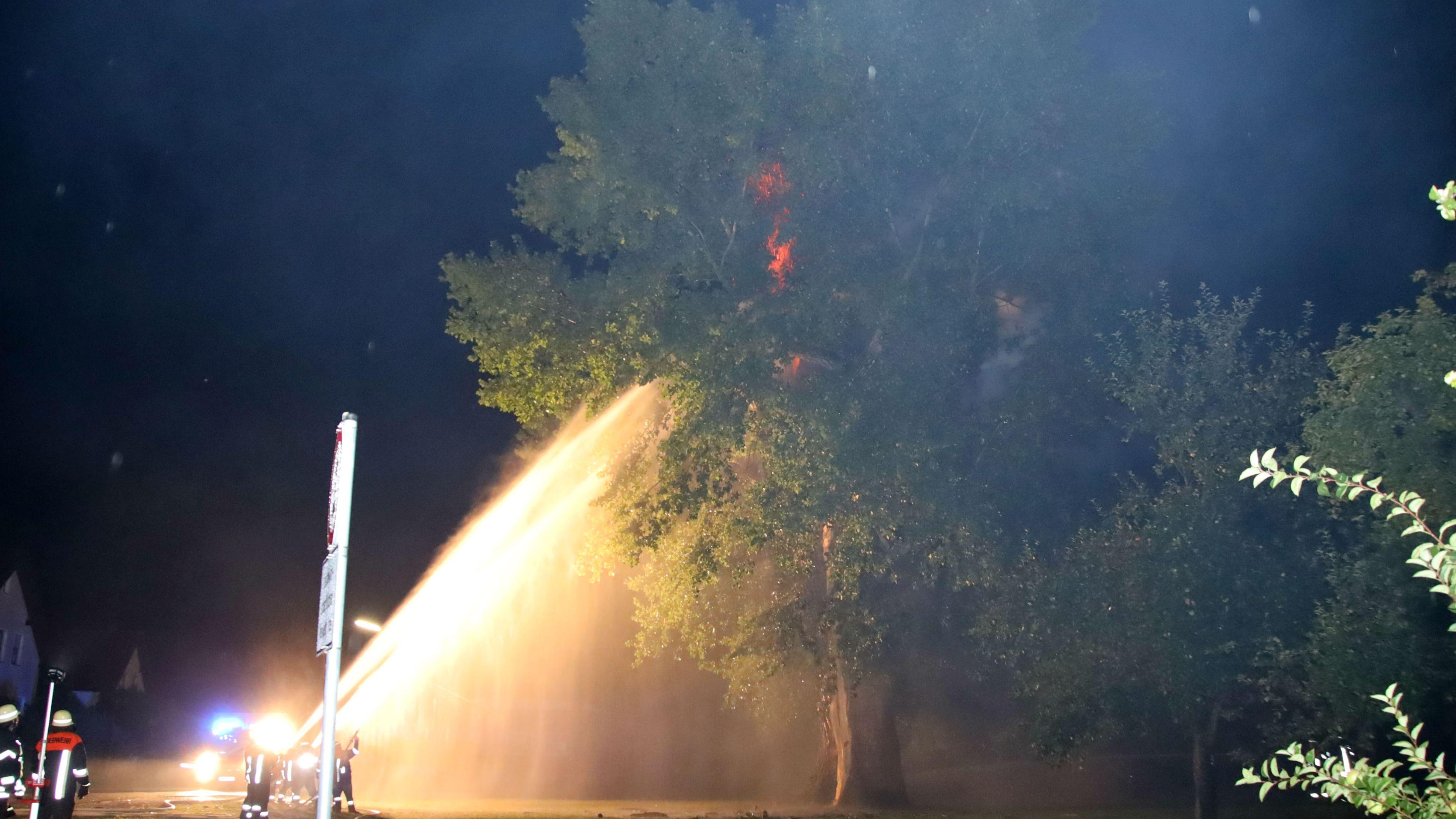 In Kiefenholz im Landkreis Regensburg schlug der Blitz in einen 200 Jahre alten Baum ein.