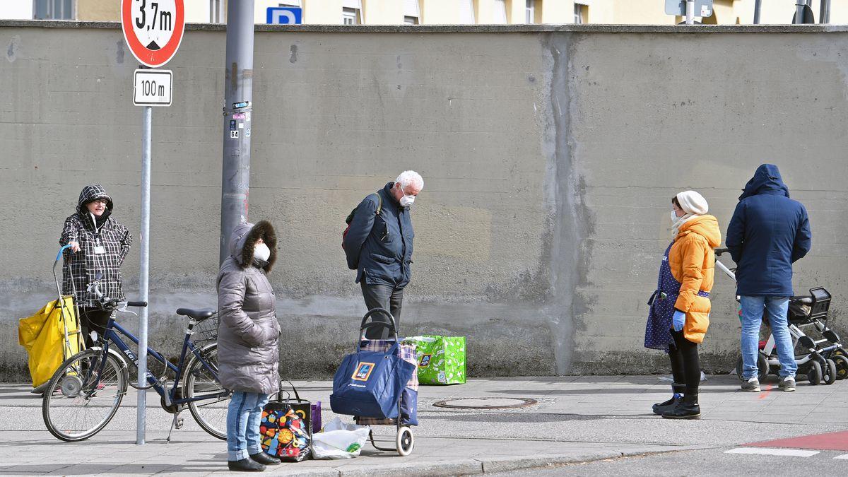 Bedürftige Menschen warten vor der Münchner Tafel vor dem Großmarkt München auf die Essensausgabe.
