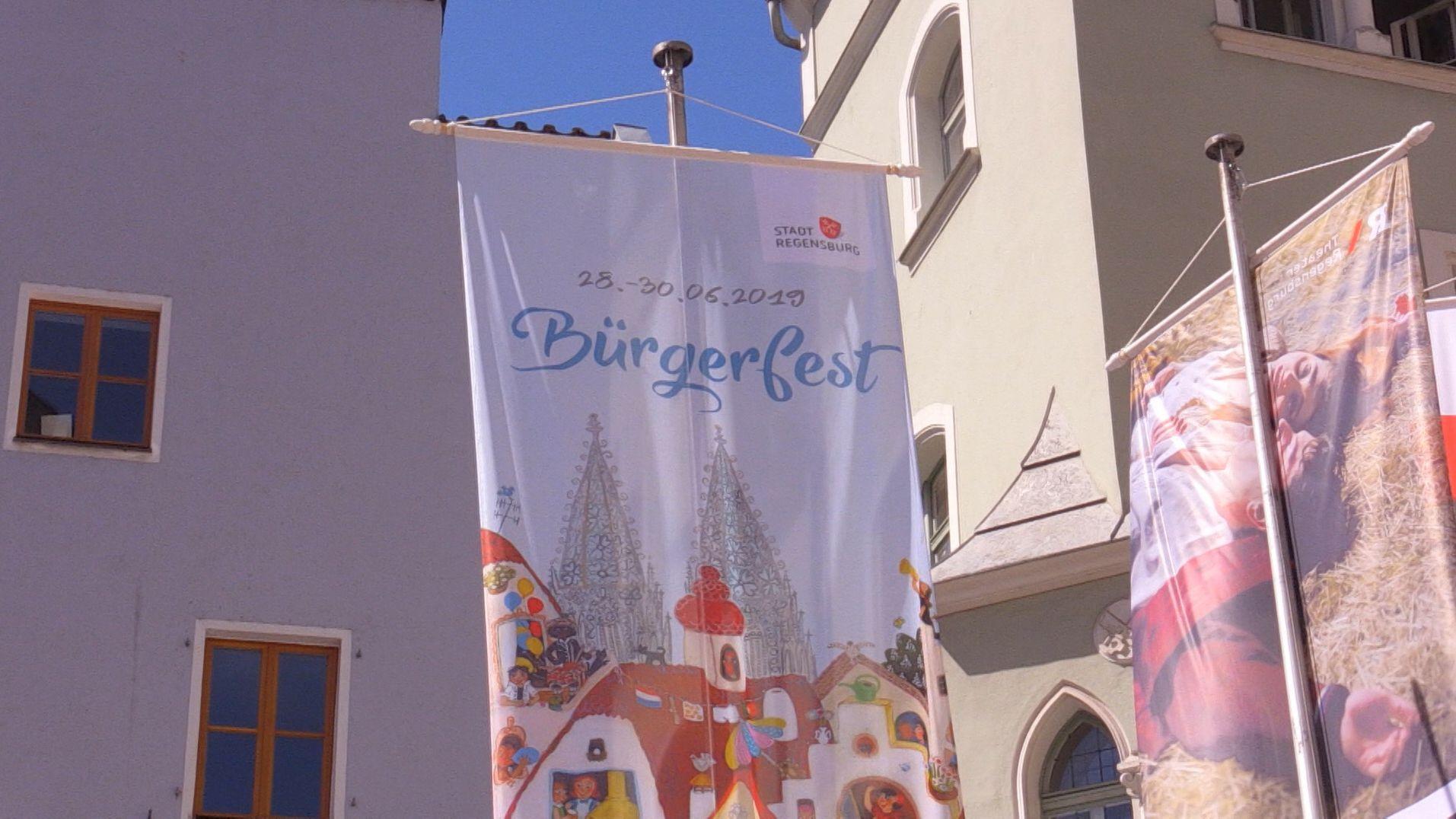 Fahne zum Bürgerfest in Regensburg weht an einem Haus