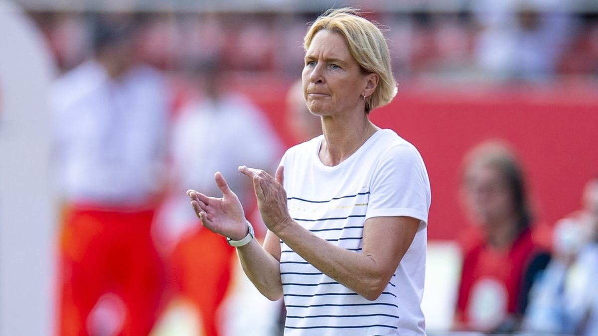 Die Bundestrainerin Martina Voss-Tecklenburg applaudiert ihrem Team.