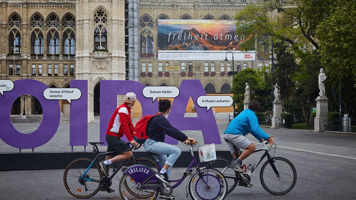Ein Schriftzug vor dem Wiener Rathaus ruft auf Mundart zu Hygiene-Maßnahmen in der Pandemie auf.
