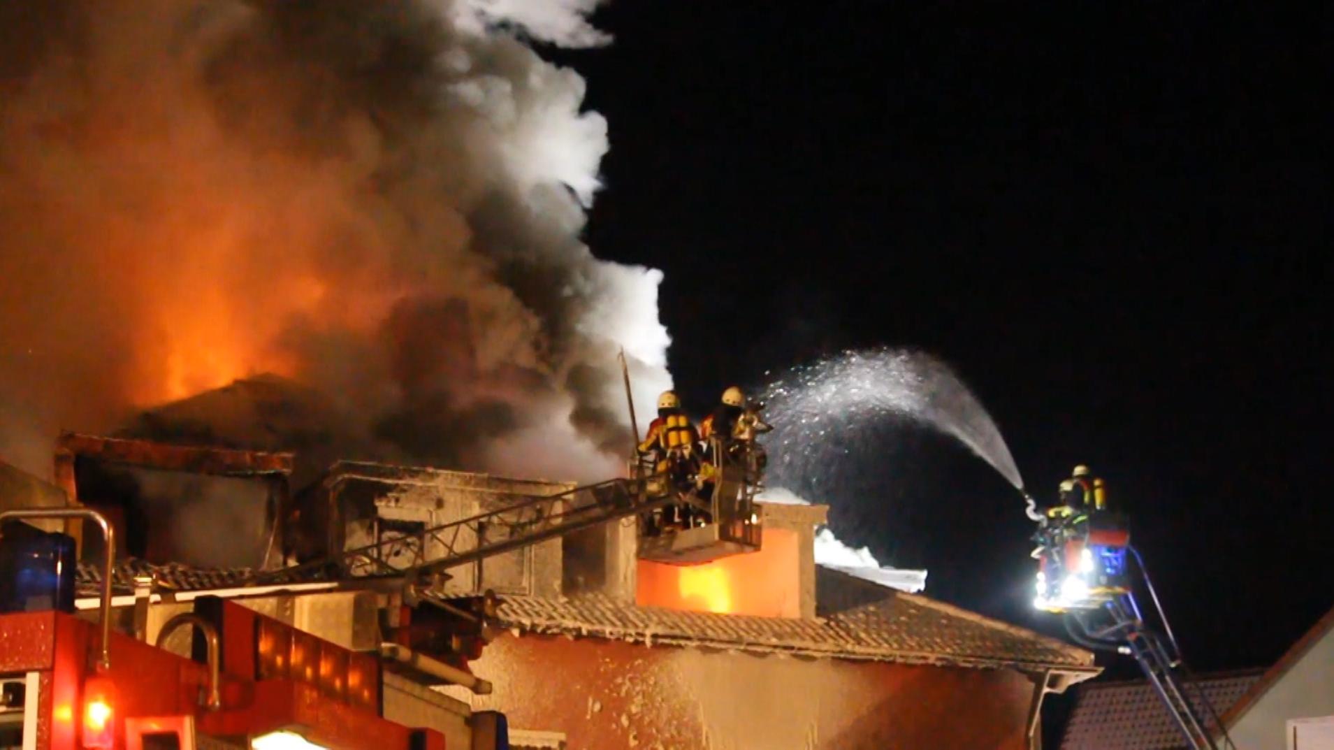 Die Feuerwehr löscht ein brennendes Haus in Pegnitz (Lkr. Bayreuth).