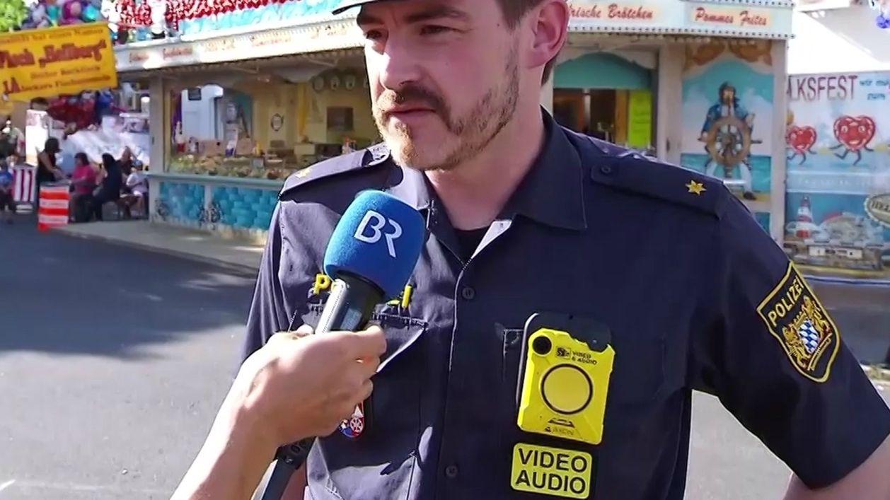 Polizist mit Bodycam auf dem Schweinfurter Volksfest