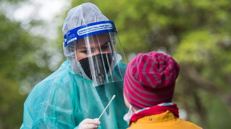 Coronatest wird bei einem Mädchen genommen   Bild:pa/dpa/Daniel Bockwoldt