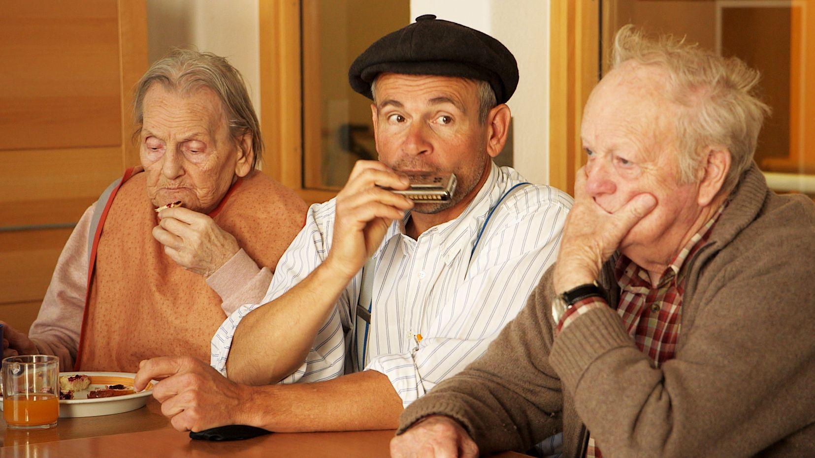 Markus Proske, Humor-Therapeut und Demenz-Berater, mit zwei Bewohnern im Altenheim