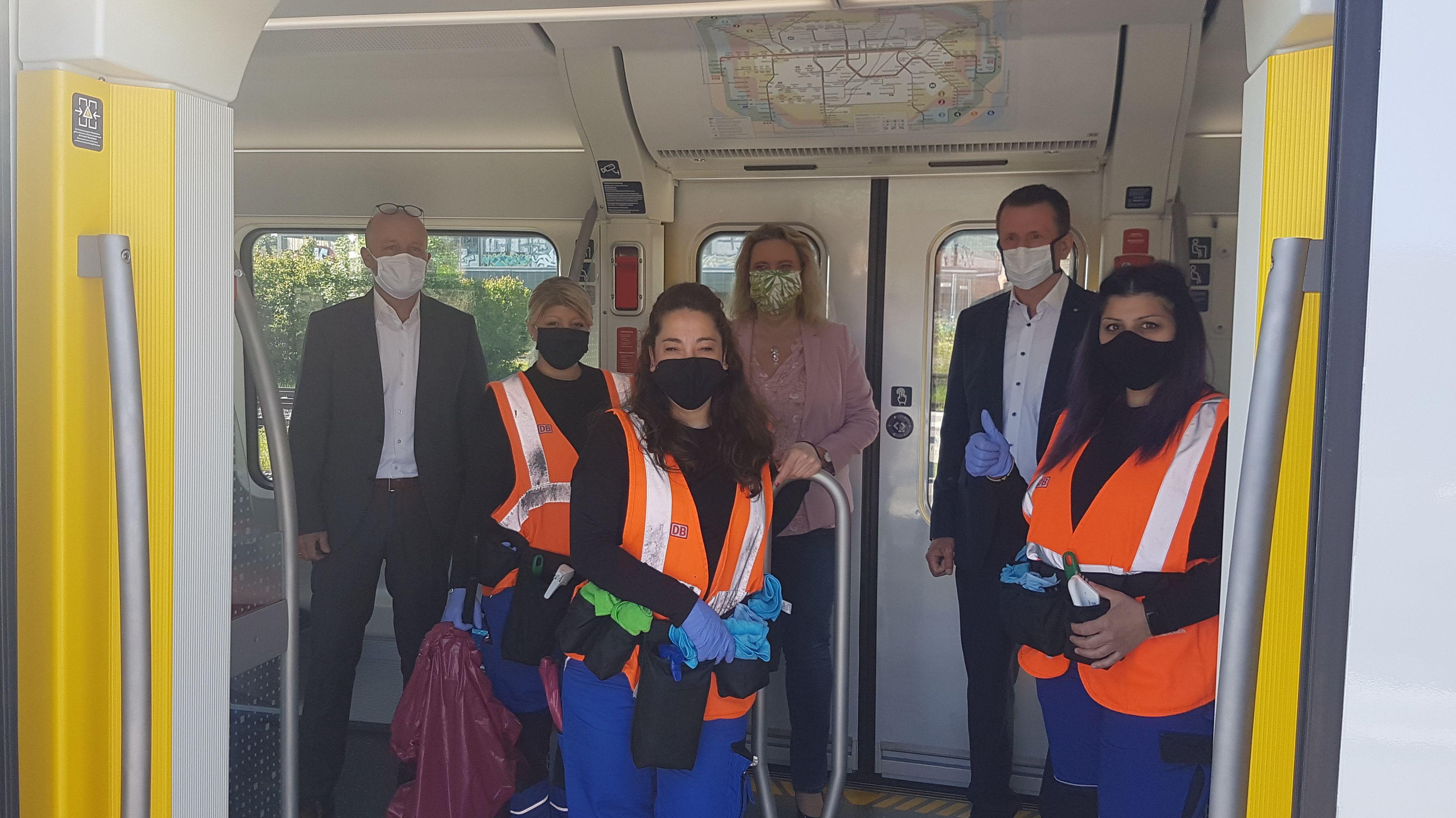 Bei einem Pressetermin hat sich Verkehrsministerin Kerstin Schreyer angeschaut, wie die Reinigungskräfte der S-Bahn München vorgehen.