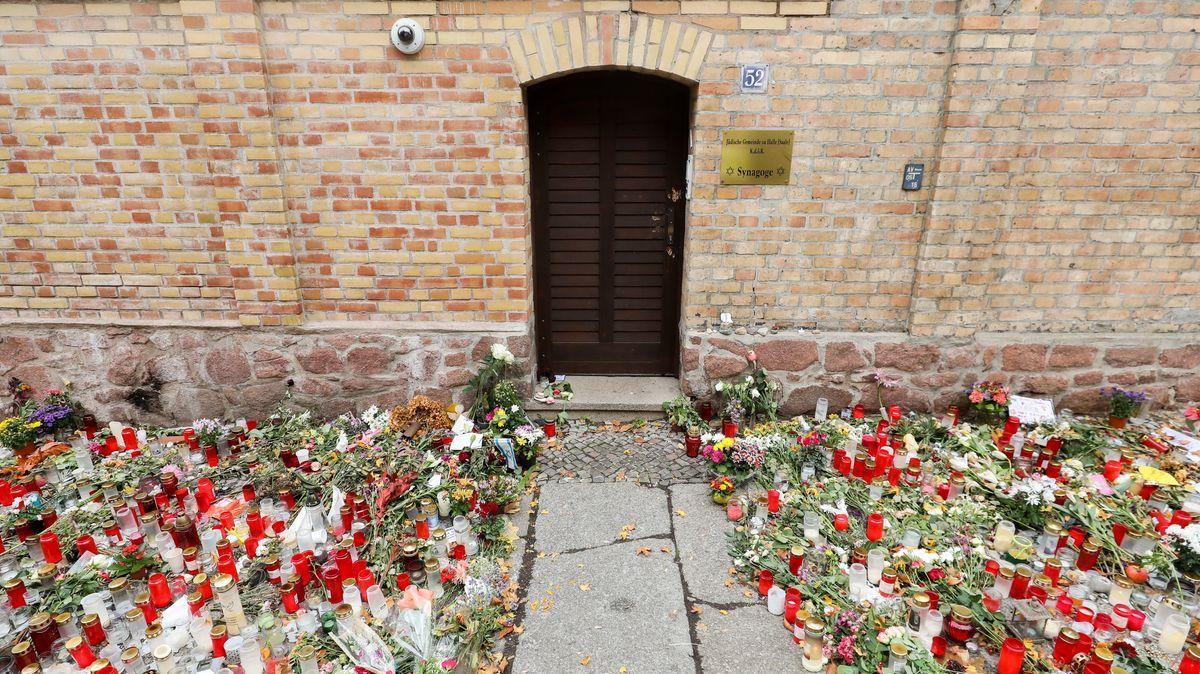 Eingangstür zur Synagoge von Halle mit hunderten Gedenkkerzen (Archivbild 2019)