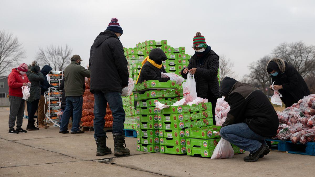 An einer Food Bank in Michigan werden Lebensmittel verteilt