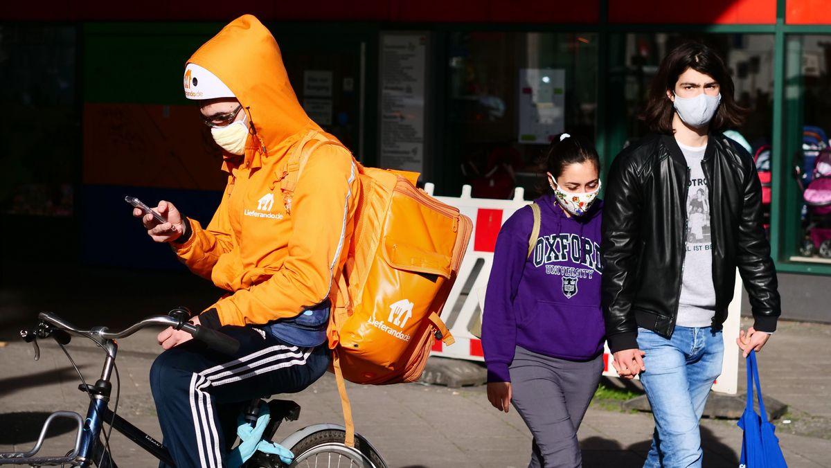 Ein Fahrer von Lieferando trägt eine Maske gegen das Coronavirus.