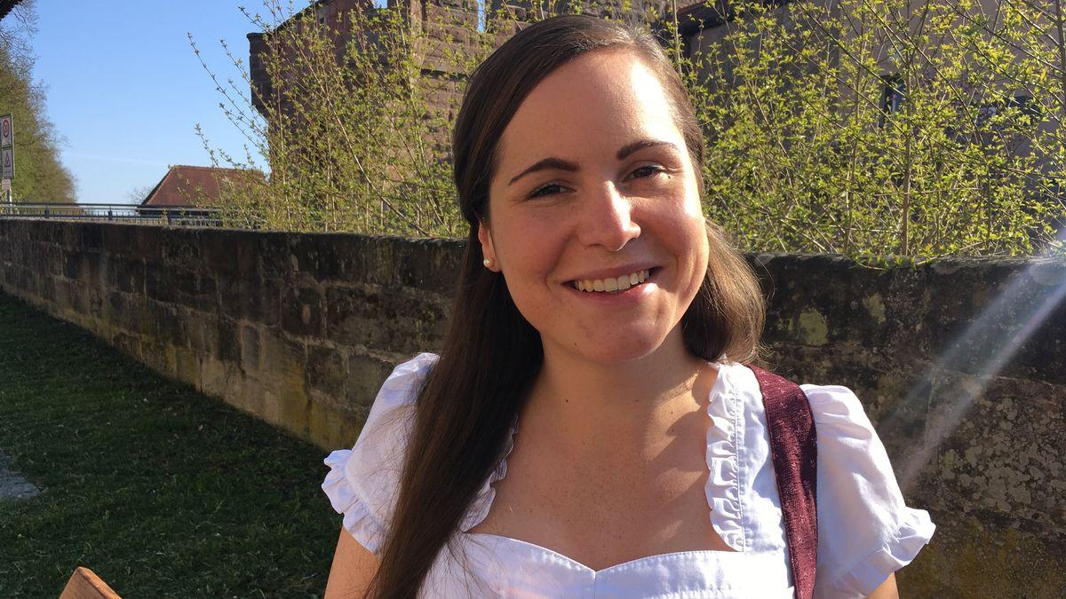 Amanda posiert im Dirndl in ihrer Heimat Wolframs-Eschenbach.