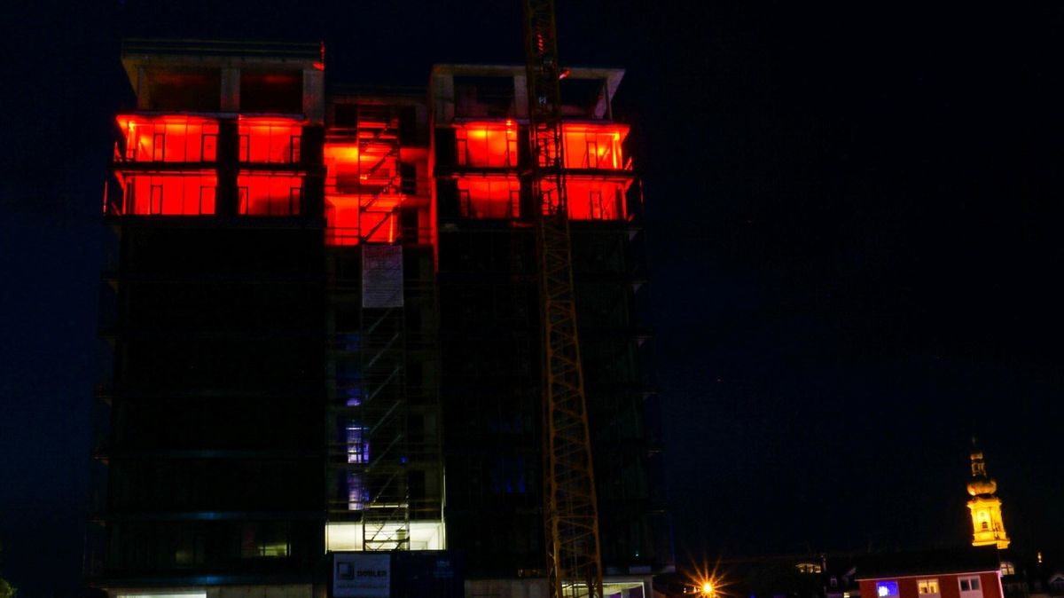 Der erleuchtete Karl-Turm in Deggendorf