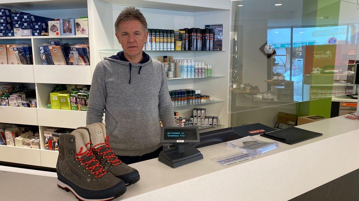 Unternehmer Gerhart Trattler hinter der Kasse seines Sportgeschäftes