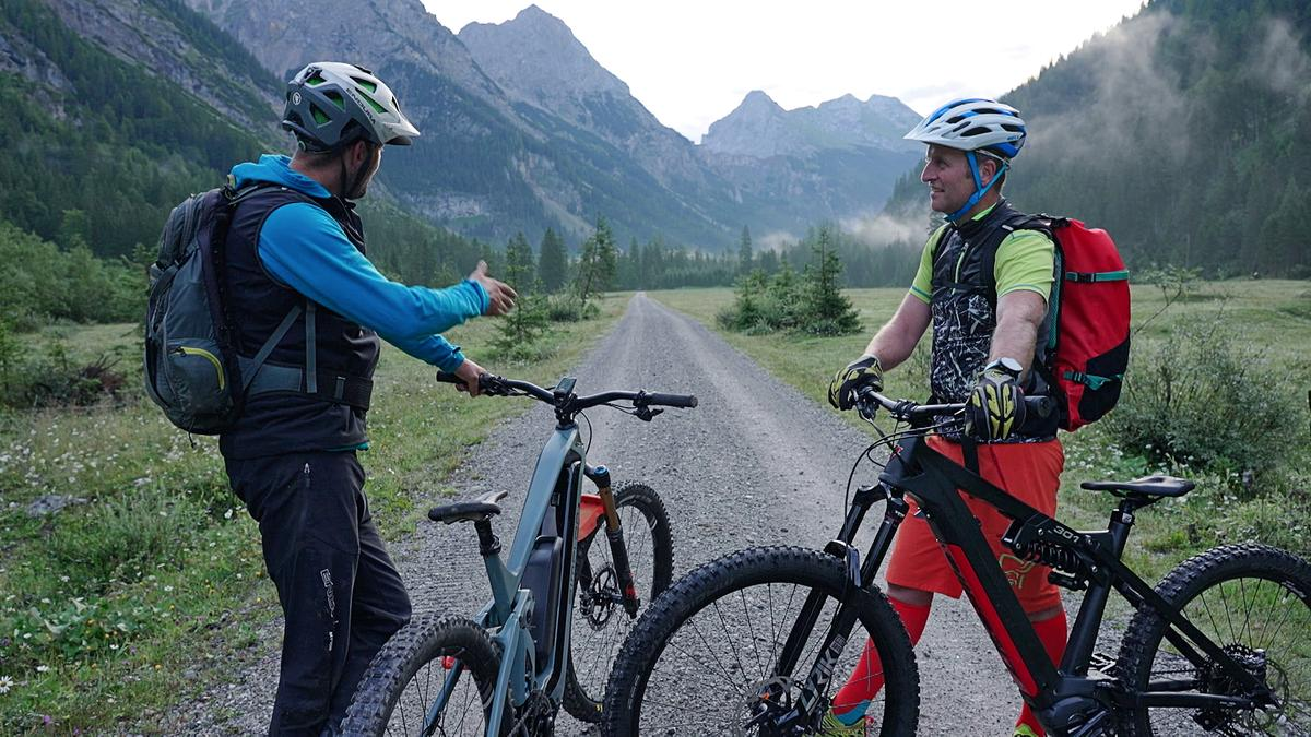 Bike-Guide Patrick Ribis (l.)