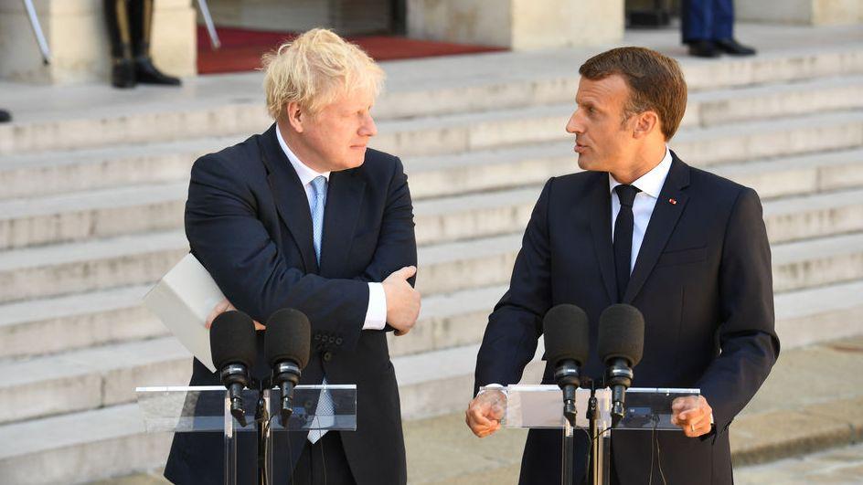 Frankreich, Paris: Emmanuel Macron, Präsident von Frankreich und Boris Johnson, Premierminister von Großbritannien, sprechen vor einem Arbeitstreffen am Elysee-Palast. Nach seinem Antrittsbesuch in Berlin wirbt der britische Premierminister Johnson in Frankreich für seinen Brexit-Kurs. Johnson will Änderungen am EU-Austrittsabkommen mit Brüssel erreichen - ist damit bislang aber auf Ablehnung gestoßen.