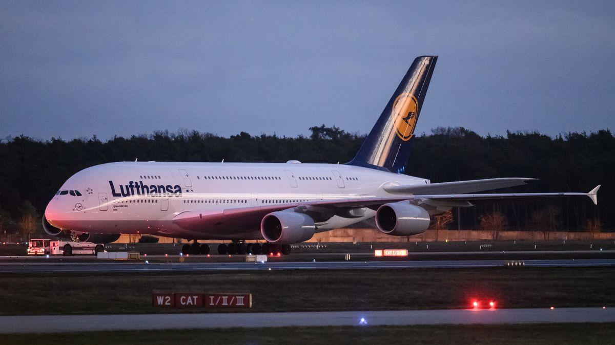 Ein Airbus A380 der Fluggesellschaft Lufthansa wird von einem Schlepper gezogen.