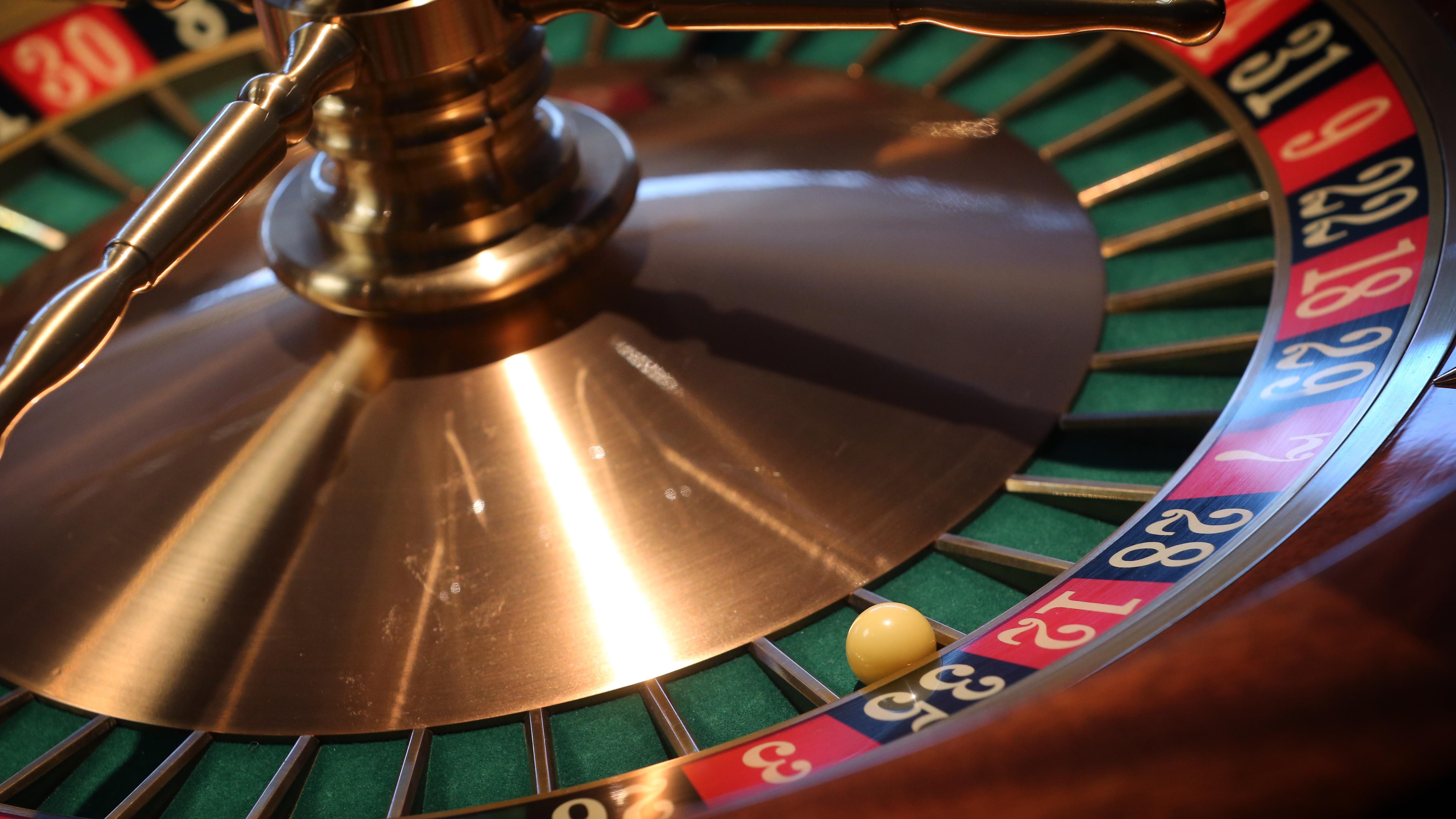 Bayern, Lindau: Eine Kugel liegt in der Spielbank Lindau im Kessel eines Roulette-Tisches.