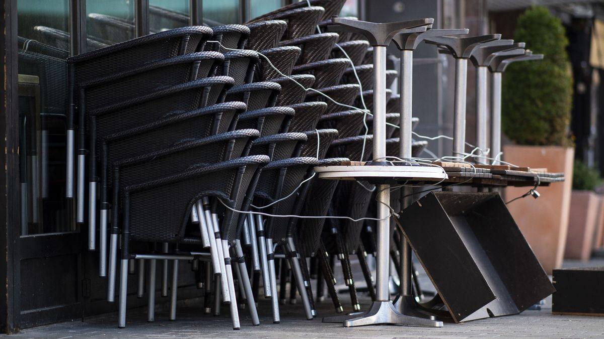 Gestapelte Stühle und Tische vor einer geschlossenen Gaststätte