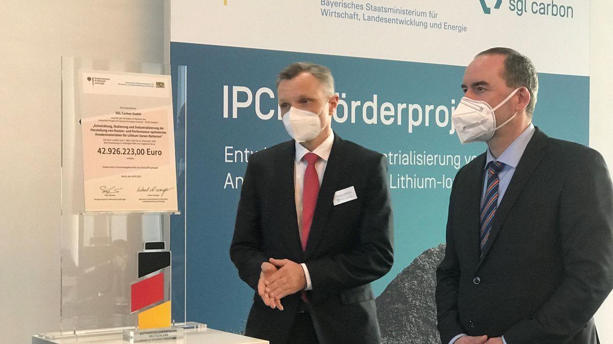 Hubert Aiwanger und SGL Carbon-Finanzvorstand Thomas Dippold bei der Übergabe des Fördergeldbescheids