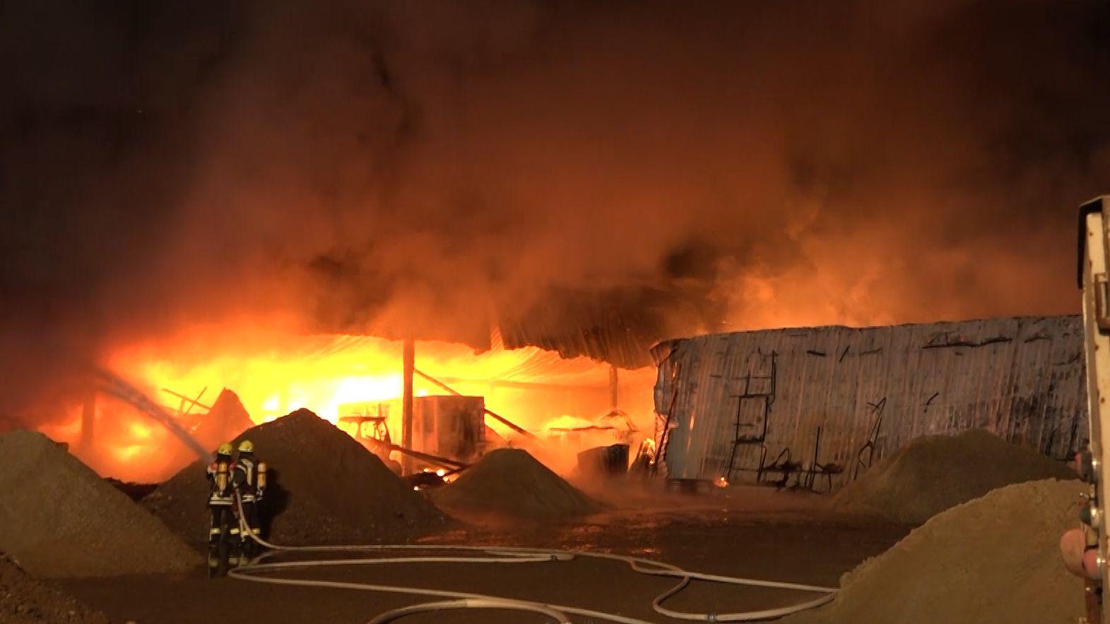 Die Lagerhalle in Flammen