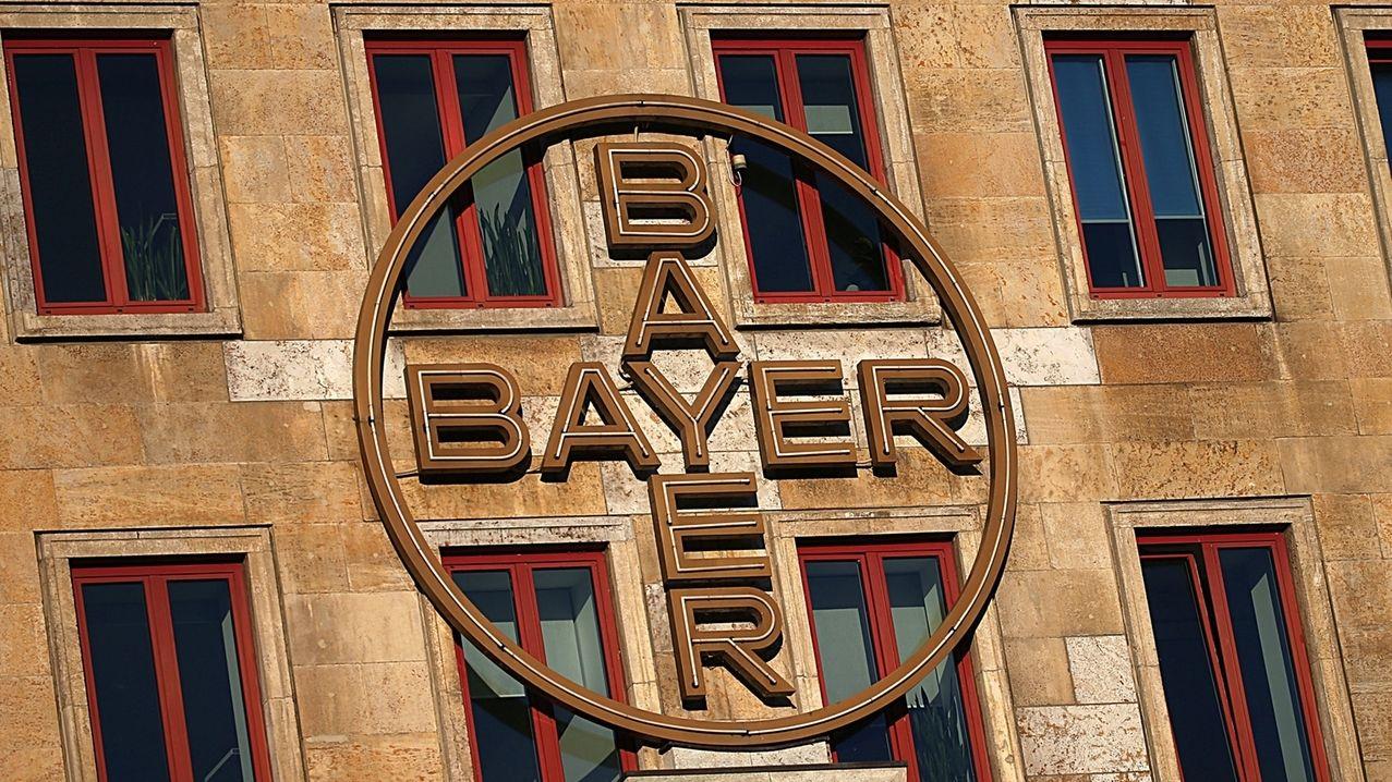 Das Bayer-Kreuz hängt an der Fassade eines Werksgebäudes von Bayer. Der Konzern plant nach Informationen aus informierten Kreisen den Abbau von rund 4.500 Stellen in Deutschland.