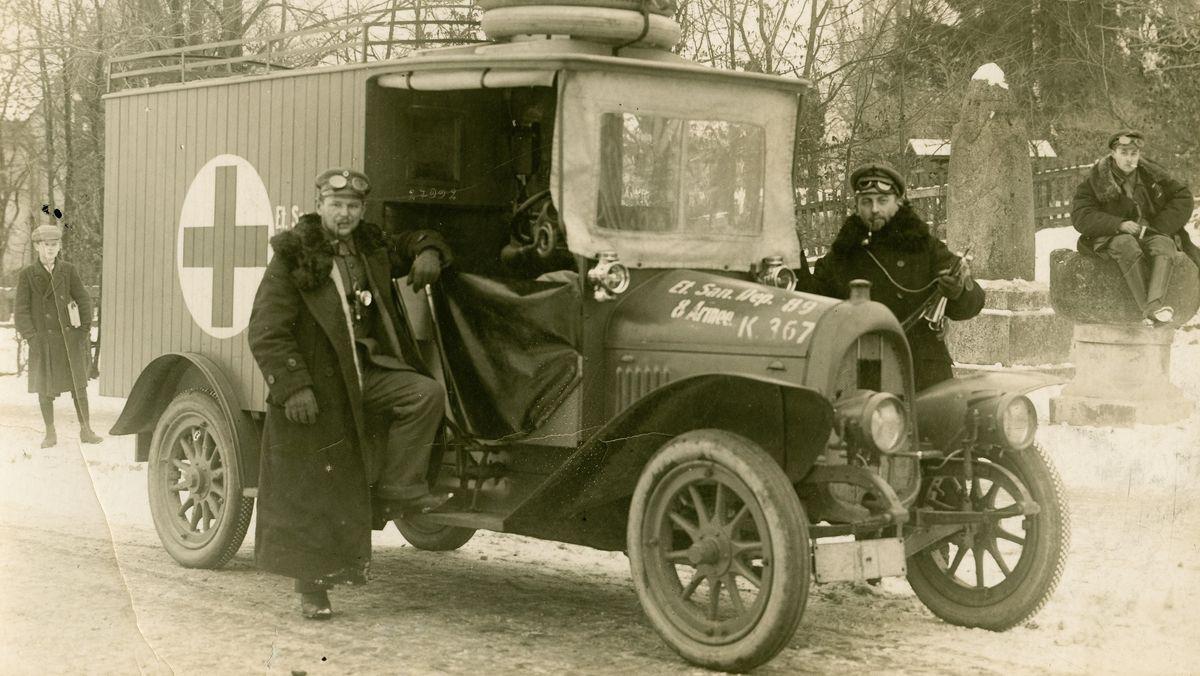 Erster Weltkrieg: motorisierter Krankenwagen und Heeressanitäter der 8. deutschen Armee in Darkehmen / Ostpreußen im Jahr 1915.
