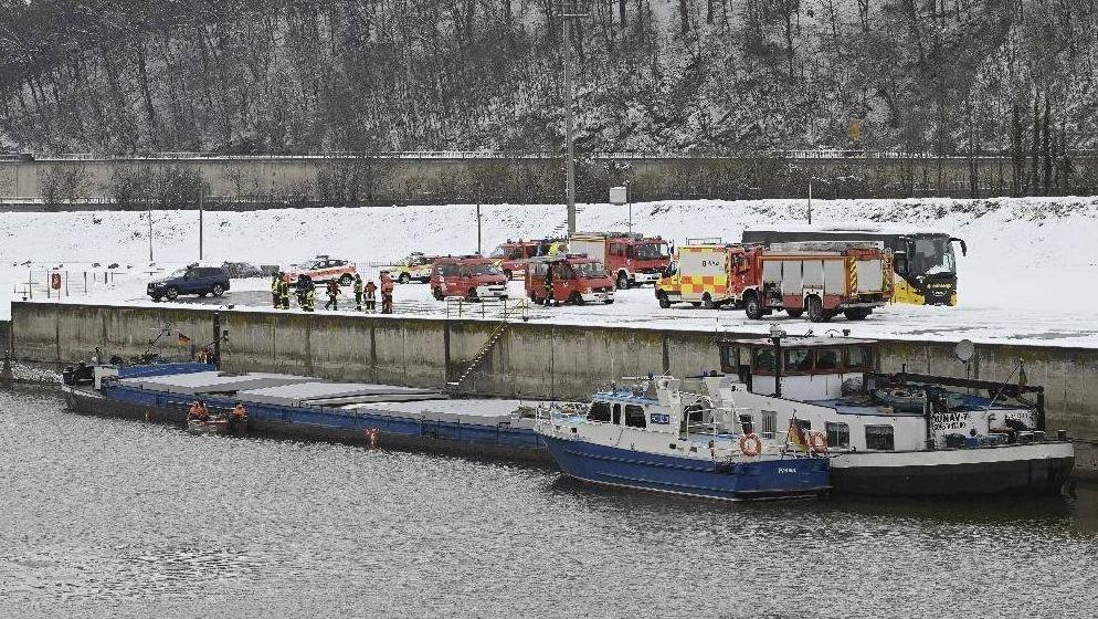 In Passau ist auf der Donau ein rumänisches Frachtschiff havariert.