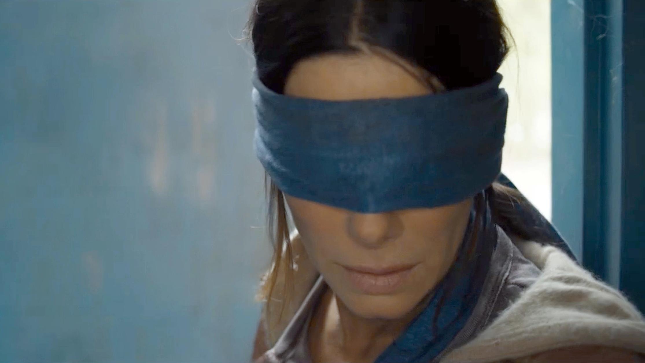 """Sandra Bullock mit verbundenen Augen im Horror-Film """"Bird Box"""""""