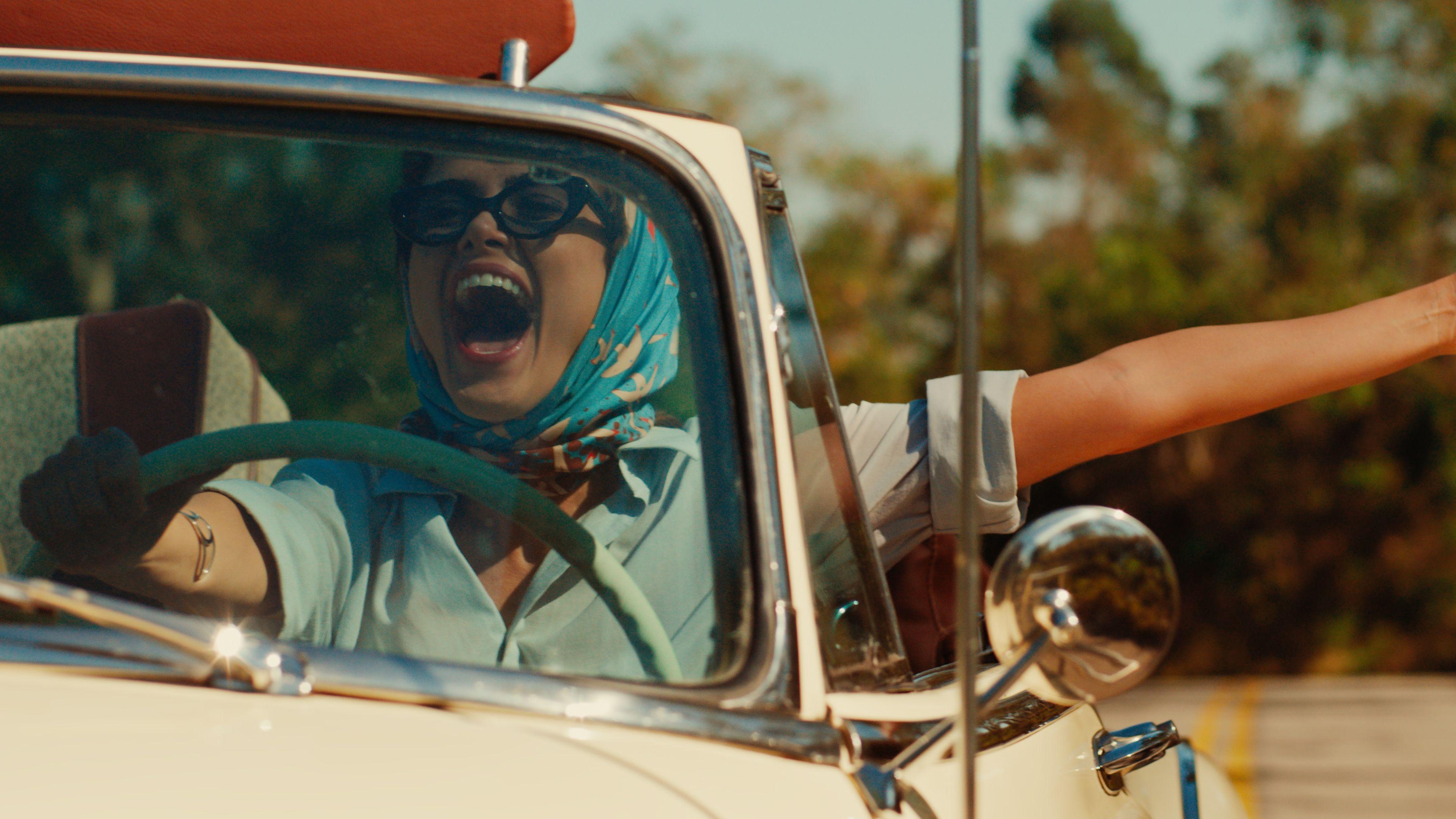 """Maria Luíza fährt im Cabrio der Sonne entgegen in einer Szene der Netflix-Serie """"The Most Beautiful Thing"""""""