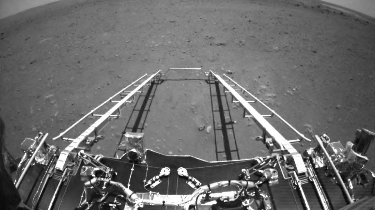 Am 19. Mai 2021 schickte Mars-Rover Zhurong dieses Foto zur Erde: Er blickt von der Rampe der Landefähre aus auf den roten Planeten.