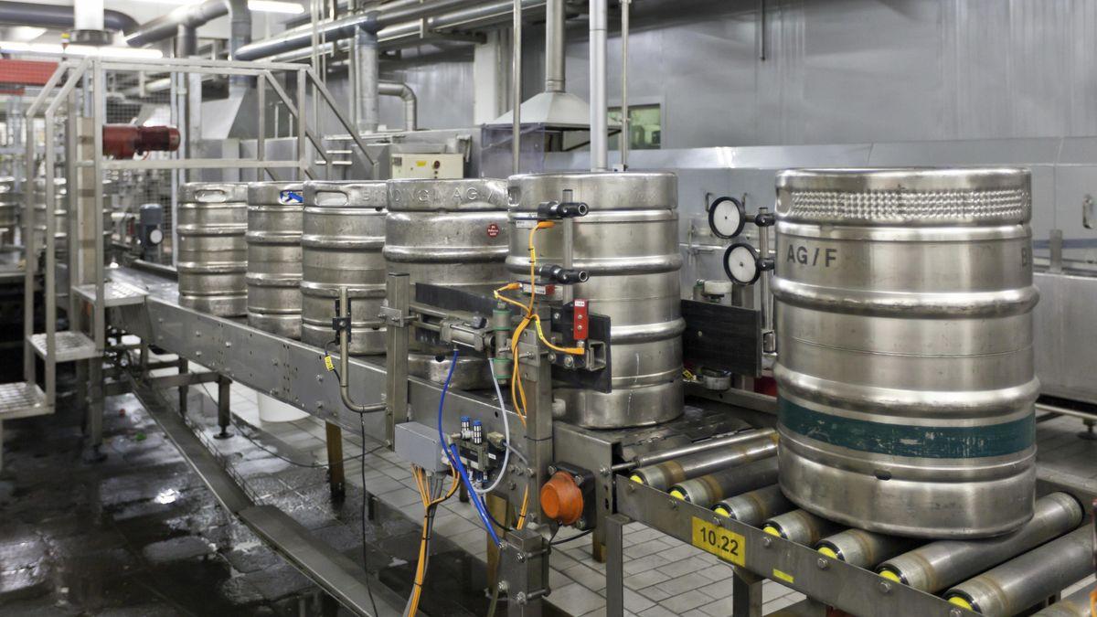 Bierfässer bei der Abfüllung