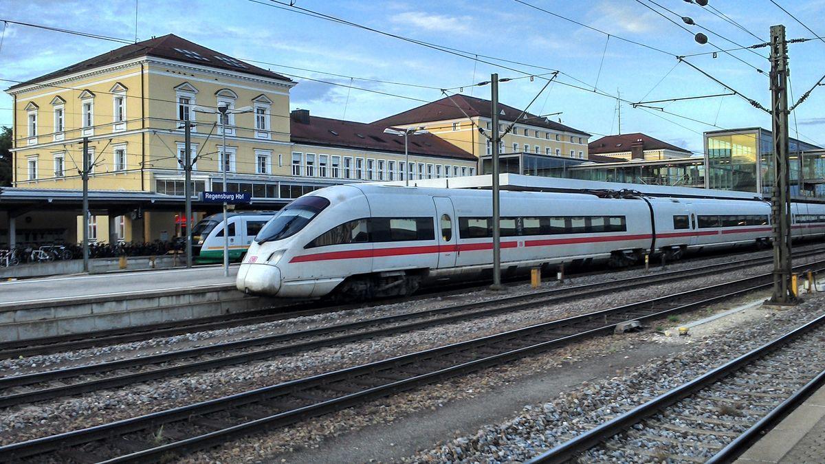 Der Hauptbahnhof in Regensburg: Die Bahnstrecke nach Hof soll elektrifiziert werden