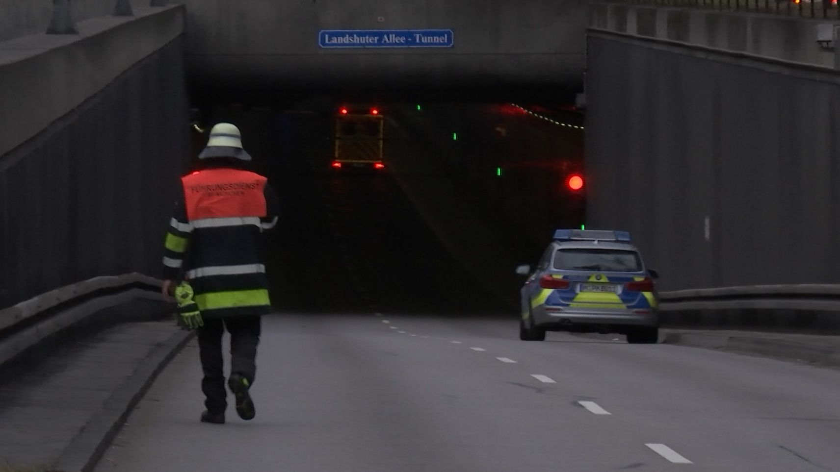 Feuerwehrmann auf dem Weg in den Tunnel