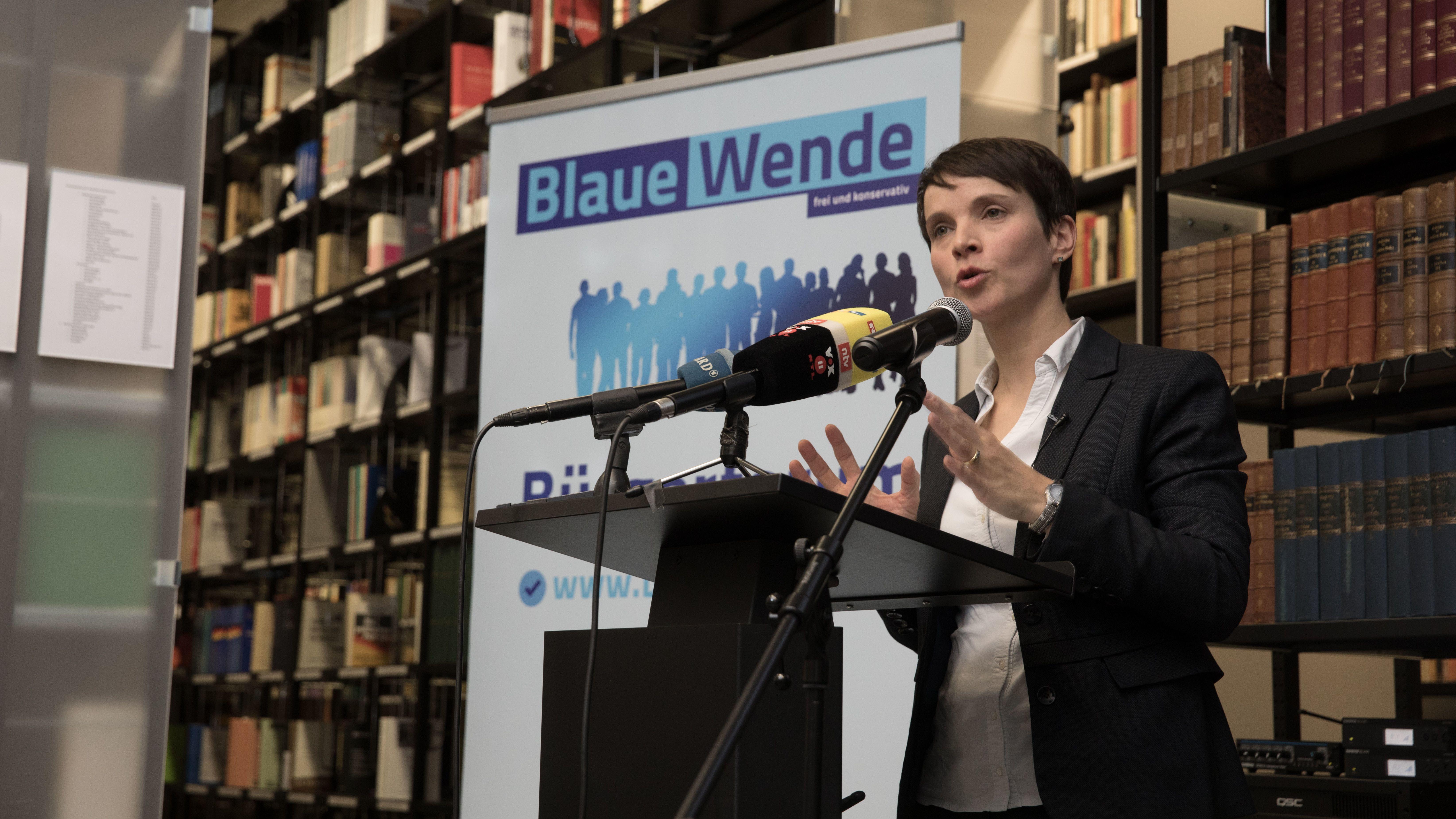 Frauke Perty spricht bei einem Bürgerforum der Blauen Partei in Berlin.