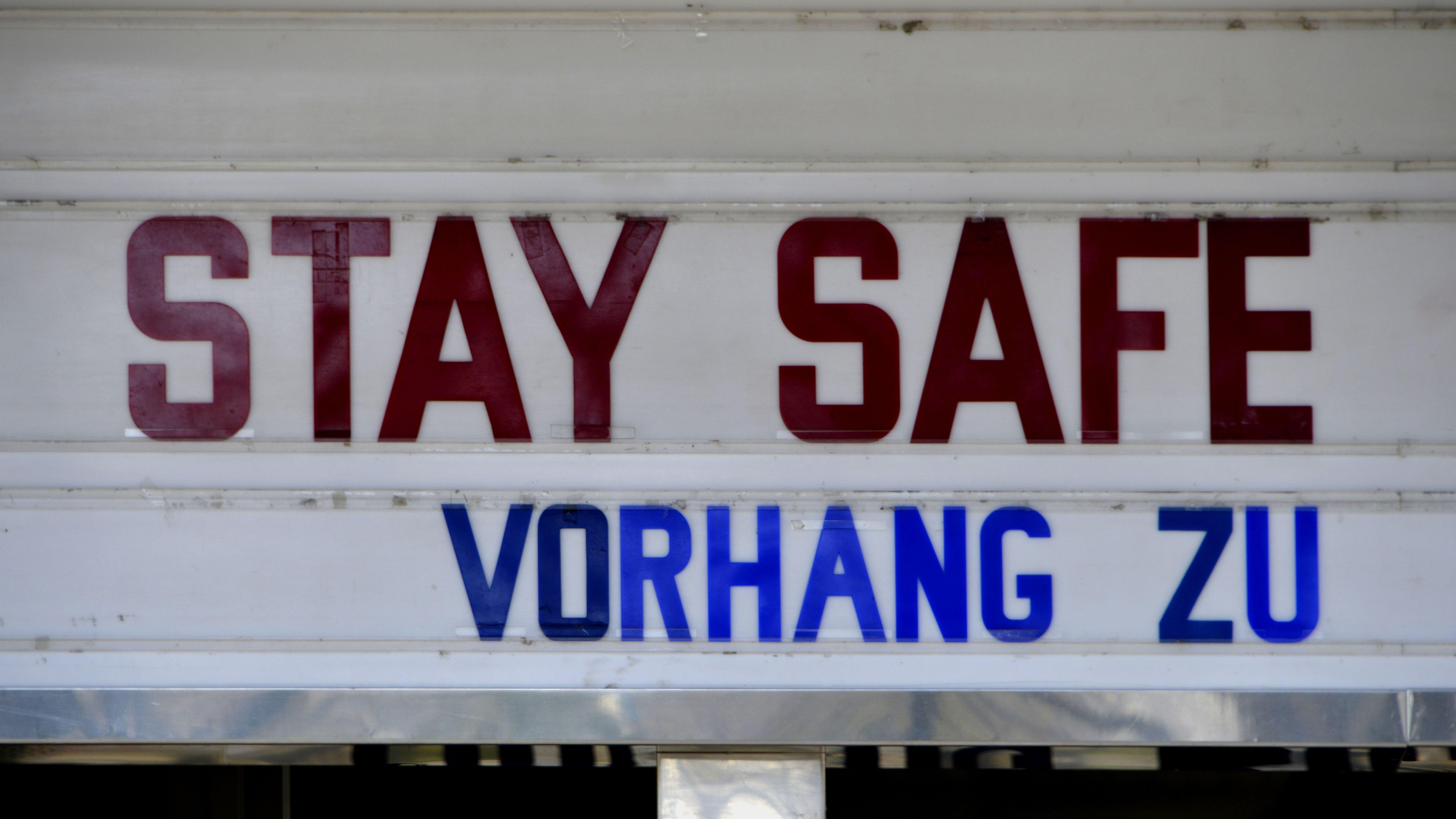 """Kino-Fassade eines geschlossenen Kinos mit Aufschrift: """"Stay safe - Vorhang zu"""""""