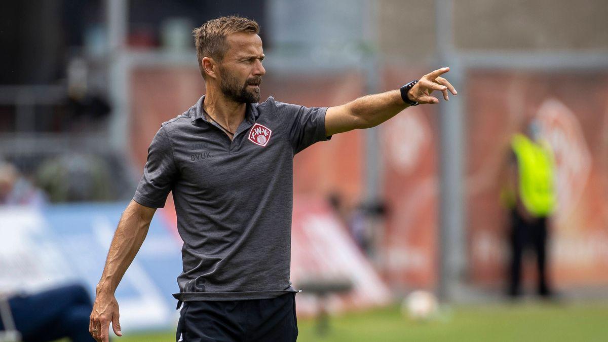 Würzburg-Trainer Michael Schiele beim Spiel gegen Rostock
