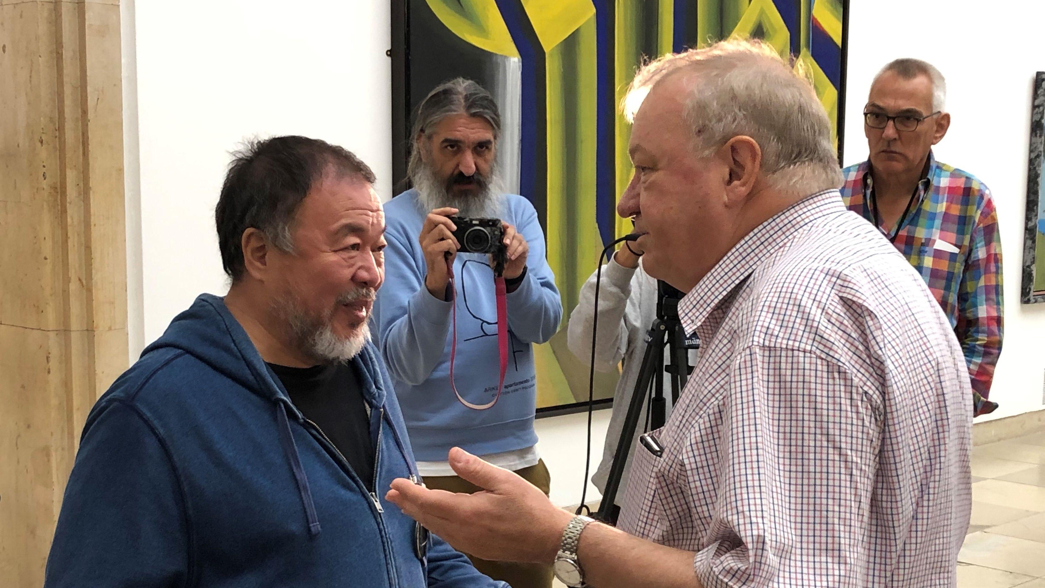 Ai Weiwei im Gespräch mit dem kaufmännischen Direktor Bernhard Spies