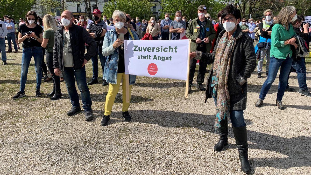 """Teilnehmer der """"Kundgebung für den Mittelstand"""" halten ein """"Zuversicht statt Angst""""-Transparent."""