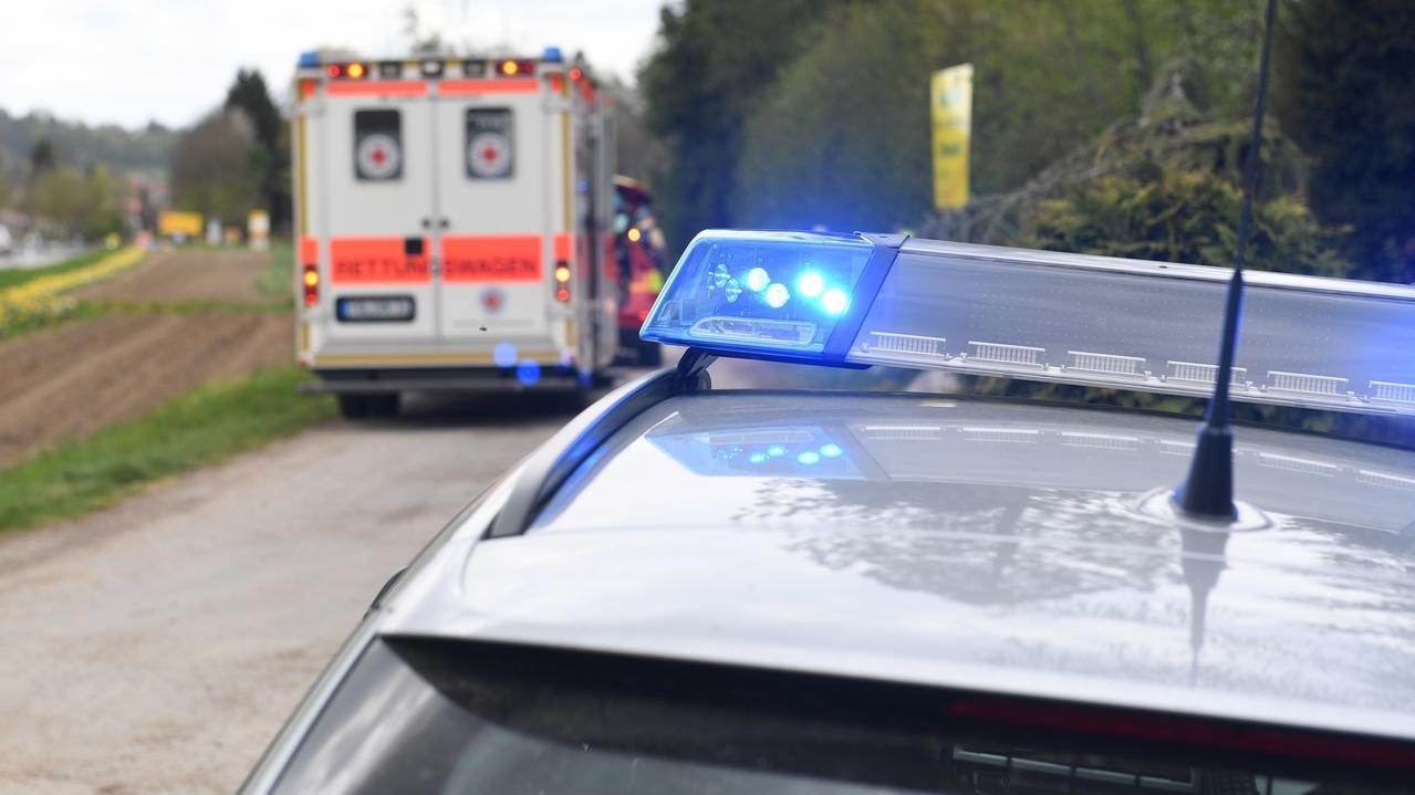 Symbolbild Einsatz Polizei und Rettungswagen
