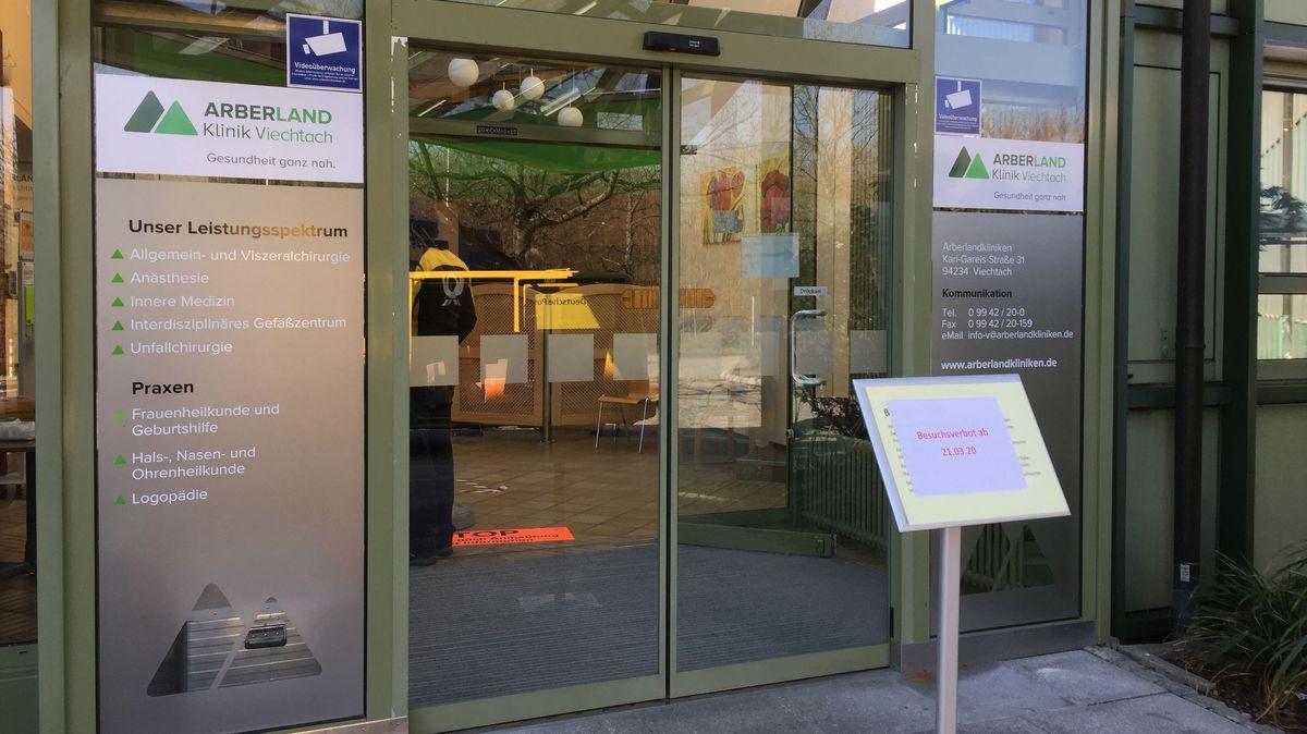 Der Eingang zur Arberlandklinik in Viechtach