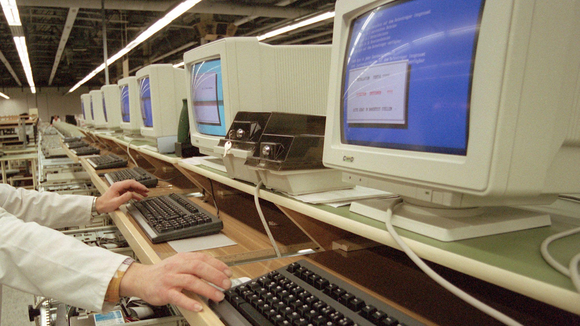 Auch in der DDR - hier: In Dresden - werden Computer gebaut. West-Standard erreichen sie kaum.