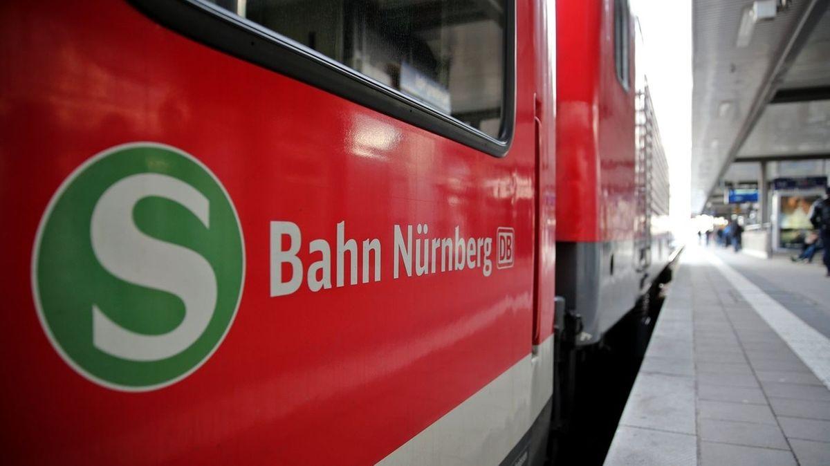 Rote S-Bahn Nürnberg mit grünem S-Symbol am Bahnsteig im Nürnberger Hauptbahnhof.