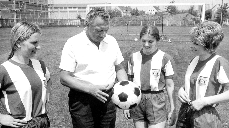 Walter Fembeck im Jahr 1970 mit ehemaligen Spielerinnen des FC Bayern.