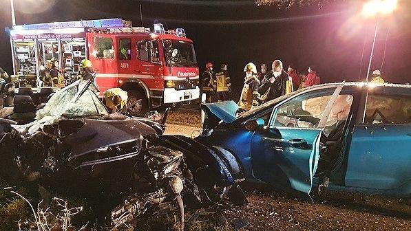 Der völlig zertrümmerte Audi des 18-jährigen Fahranfängers (links) und der ebenfalls stark demolierte Ford.