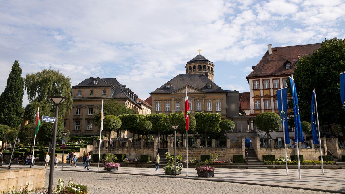 Blick auf den Luitpoldplatz in Bayreuth mit seinen historischen Gebäuden