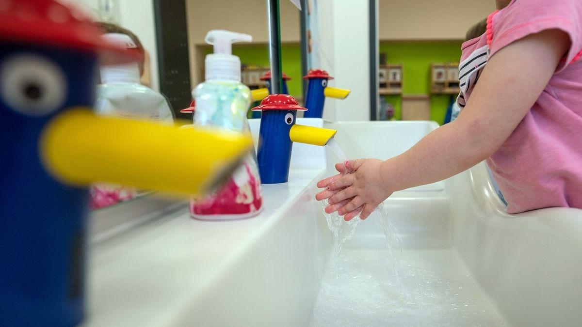Ein Kind wäscht sich in einer Kindertagesstätte die Hände. Häufigeres Reinigen der Hände ist Teil des Hygienekonzepts.