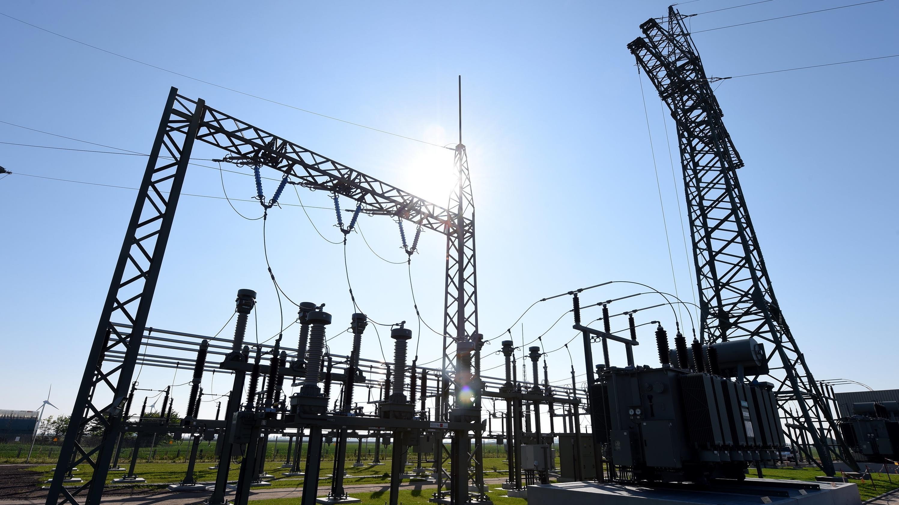 Umspannwerk mit Strommasten in Schleswig-Holstein